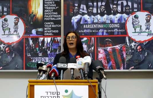 La ministre des sports israélienne, Miri Regev, devant des images diffusées par BDS.