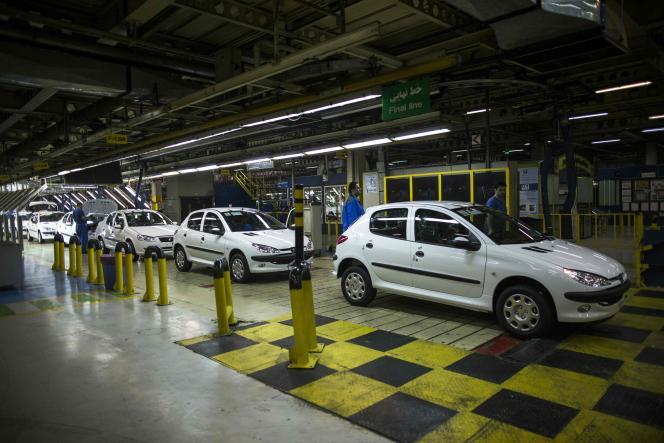 La ligne d'assemblage des Peugeot 206 de l'usine Iran Khodro, en février 2016.