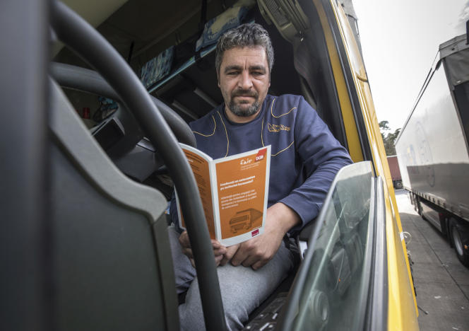 Un chauffeur routier roumain, à la station-service de Weiskirchen (Allemagne), en avril.