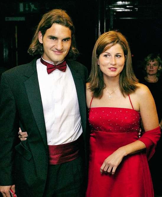 C'est le grand jour. Et le grand soir. Quinze ans après ses premiers coups de raquette, cinq ans après ses débuts en pro, Roger Federer, 21 ans, vient de décrocher son premier titre du Grand Chelem. Et se voit ainsi chargé d'ouvrir le traditionnel gala de fin de tournoi, au côté de sa future épouse. Mais ce smoking de pacotille, accessoirisé d'un cummerbund malencontreusement assorti au nœud, et d'une vilaine chemise à col cassé, prouve une chose : un immense champion peut aussi se rater.