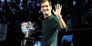 A 36 ans, Roger Federer est encore dans le coup. Après avoir fait l'impasse sur Roland-Garros, il pourrait même remporter, bientôt, son neuvième Wimbledon. Et tout le monde trouvera cela aussi normal que ce look jeans-baskets. Pourtant, le jeans du Suisse, un Dior identifiable à sa couture horizontale sur la poche arrière, suggère que cet homme sort bien de l'ordinaire…