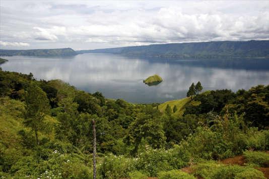 Le lac volcanique Toba, long de 100 kilomètres et large de 35 kilomètres.