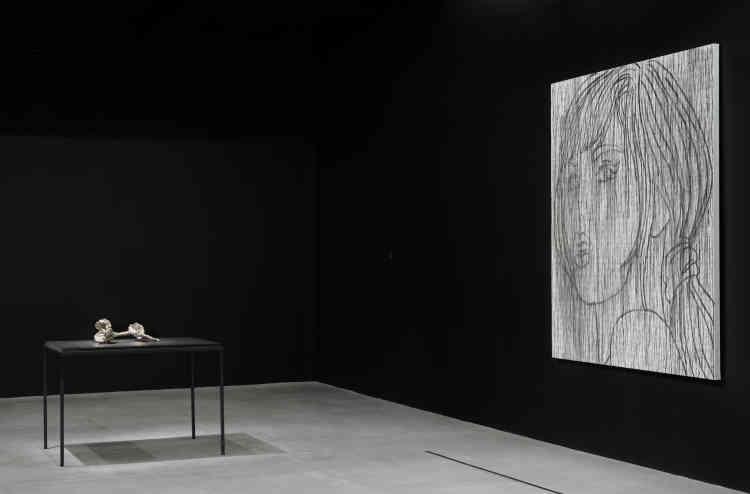 """«Ghada Amer est partie """"de rien"""" pour débuter sa pratique sculpturale en utilisant un élément qu'elle avait sous la main: de simples feuilles d'aluminium. Comme dans sa peinture, l'idée de domesticité est très importante : toute personne côtoie ce matériau. Le choix de celui-ci fait également référence à notre monde occidental, cette civilisation du déchet, du rebut.»"""