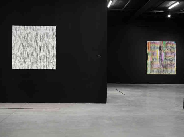 «Ghada Amer investit également la galerie noire du centre d'art avec une vingtaine d'œuvres : ses toiles brodées, réalisées dans ce style si particulier qui a fait sa renommée depuis les années 1990, qu'elle fait dialoguer avec ses dernières recherches sculpturales dans lesquelles elle explore le métal.»