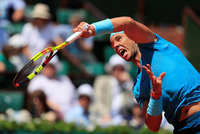 Rafael Nadal au service lors de son quart de finale face à Diego Schwartzman. REUTERS/Gonzalo Fuentes