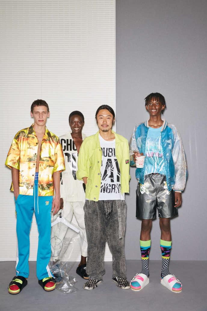 Le lauréat japonais Masayuki Ino entouré des mannequins habillés des vêtements de sa marque, Doublet.