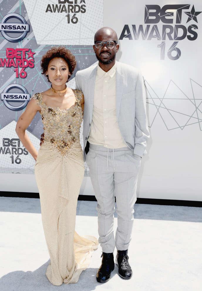 Le DJ Black Coffee avec sa compagne Mbali Mlotshwa à la cérémonie des BET Awards 2016, à Los Angeles, le 26 juin 2016.