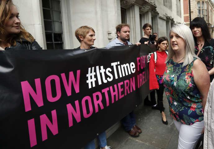 Des militantes du droit à l'IVG, jeudi 7 mai devant la Cour suprême, à Londres.