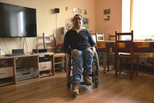 En fauteuil depuis sa naissance, Jean-Pierre Chambon a emménagé en 2011 dans un appartement entièrement adapté à sa situation de handicap, dans le centre-ville de Nantes.