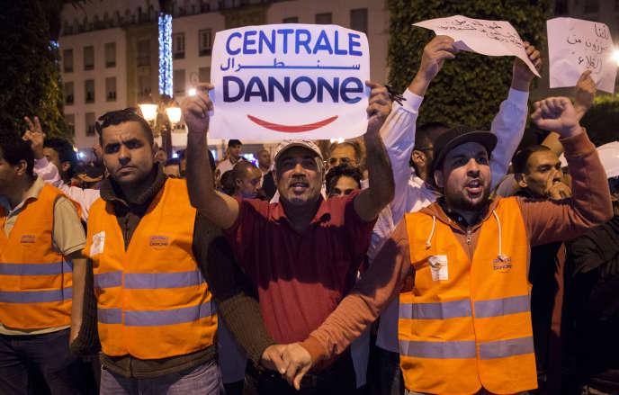 Des employés de la filiale marocaine de Danone manifestent devant le Parlement, à Rabat, contre le boycott des produits de la marque, le 5 juin 2018.