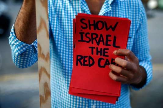Un militant propalestinien montre un« carton rouge à Israël» lors d'une manifestation pour faire annuler le match contre l'Argentine.