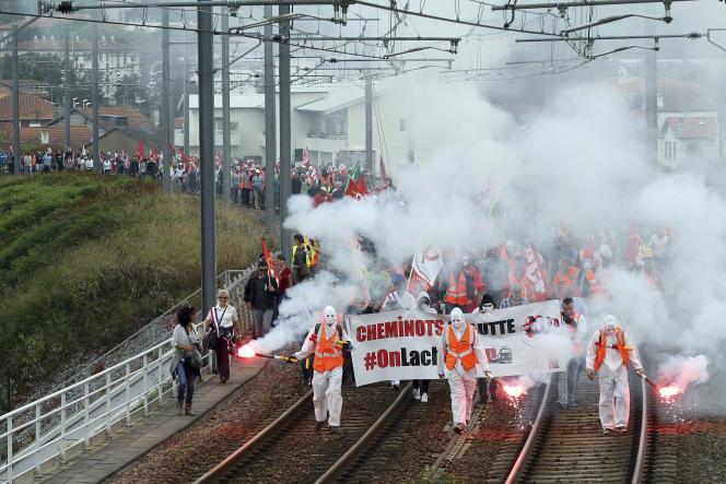 Des cheminots grévistes manifestent sur les voies à Bayonne, le 7 juin.