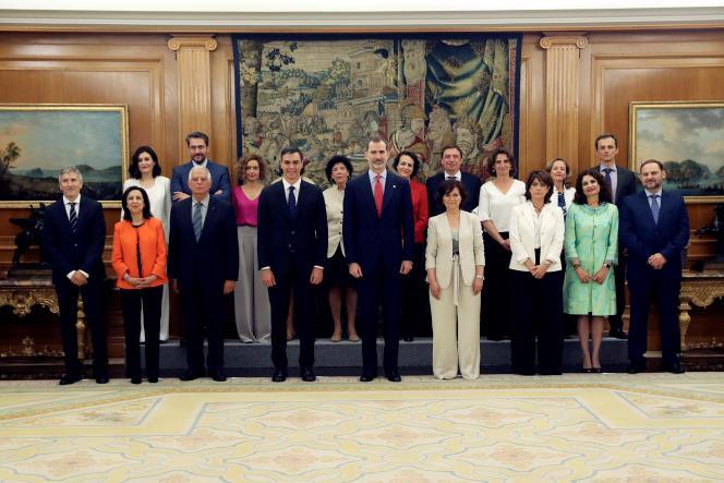 Le roi espagnol Felipe VI entouré du nouveau gouvernement formé par le premier ministre, Pedro Sanchez, à Madrid le 7 juin.