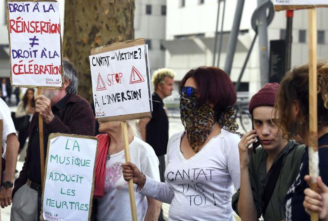 Des militant·e·sdénoncentle concert de BertrandCantat, devant le Zénith de Paris, le 7 juin.