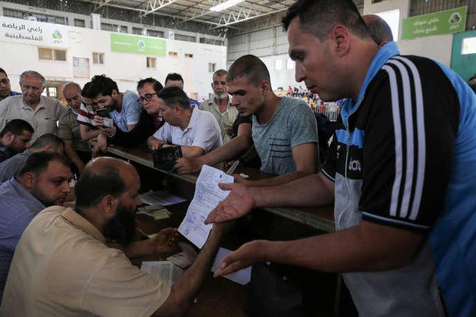 Des Gazaouis cherchent à passer en Egypte, au poste frontière de Rafah, le 18 mai.