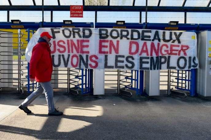 Un salarié devant l'usine de Blanquefort, dans la Gironde, appartenant au groupe automobile américain Ford.