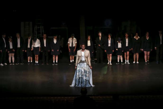 Fatimata Sow interprète Jeanne d'Arc dans la pièce du même nom de Gilles Roland-Manuel.
