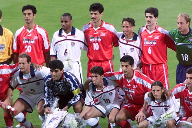 Les joueurs de l'Iran et des Etats-Unis posent avec ceux des Etats-Unis, le 21juin1998 àLyon.