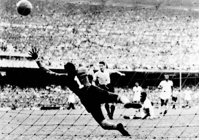 L'Uruguayen Juan Alberto Schiaffino égalise face au Brésil, le 16 juillet 1950.