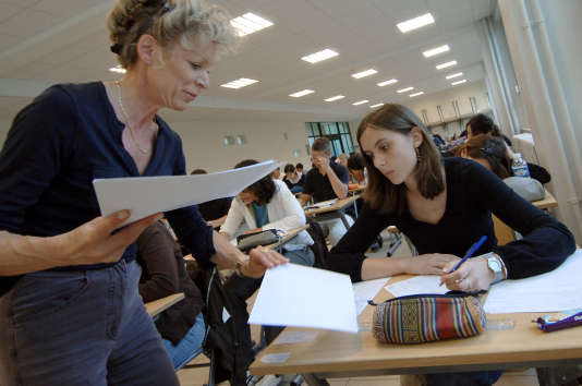 Un professeur distribue à des lycéens les sujets du baccalauréat de philosophie, lors du bac 2007 au lycée Malherbe de Caen.
