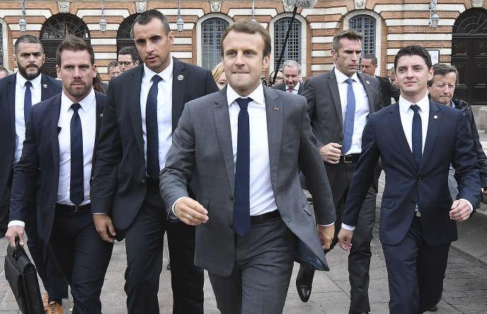 Emmanuel Macron, entouré de membres du groupe de sécurité de la présidence, le 11 septembre 2017, à Toulouse.