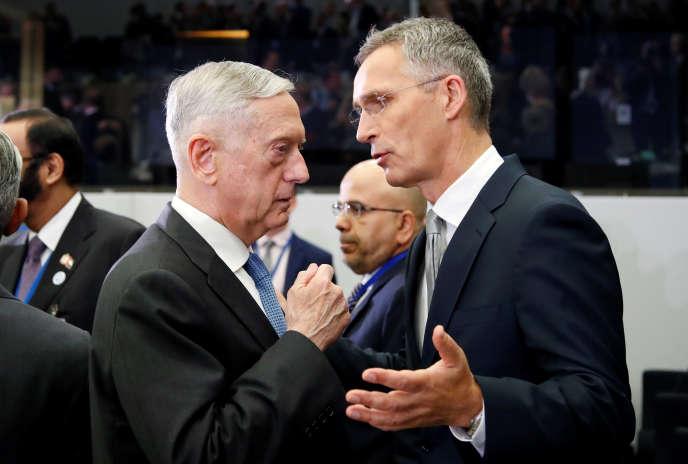 James Mattis, le secrétaire d'Etat américain à la défense, et Jens Stoltenberg, le secrétaire général de l'OTAN, à Bruxelles, le 8 juin.