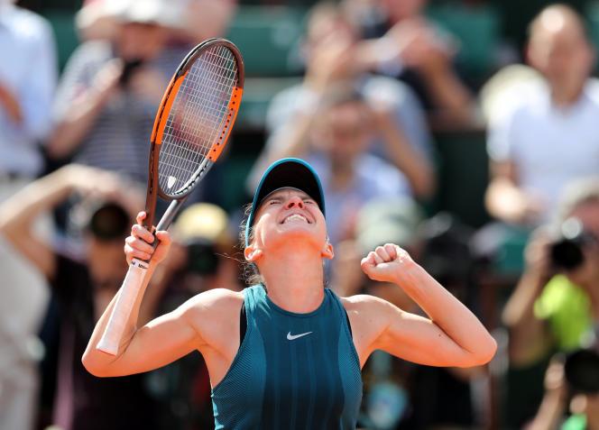 Simona Halep, après sa victoire contre Garbiñe Muguruza, en demi-finale, à Roland-Garros, le 7 juin. PASCAL ROSSIGNOL/REUTERS