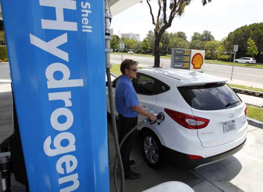 Le propriétaire d'une Hyundai Tucson fait le plein d'hydrogène à Newport Beach, Californie, en juin2014.