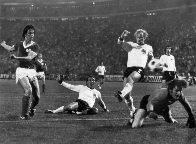 Jürgen Sparwasser marque le but vainqueur devançant les Ouest-Allemands Horst Hoettges, Berti Vogts et Sepp Maier.