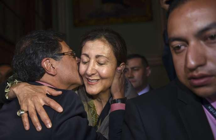 Le candidat de la gauche à la présidentielle colombienne, Gustavo Petro, embrasse l'ex-otage des FARC Ingrid Betancourt le 17 juin, à Bogota.