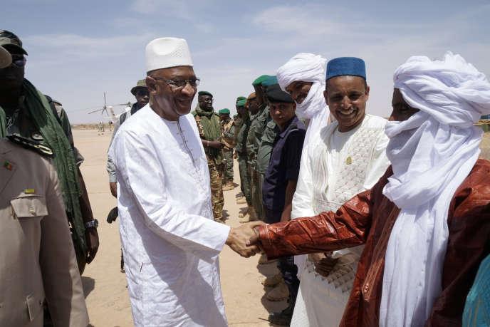Le premier ministre malien, Soumeylou Boubèye Maïga, en visite à Menaka, dans le nord-est du pays, le 9mai 2018.