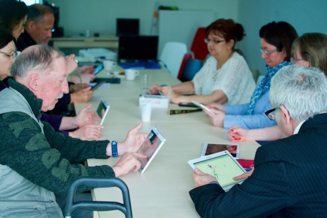 Au sein de la résidence Renaissance à Roubaix, des ateliers sont organisés pour que les seniors acquièrent leur autonomie numérique.