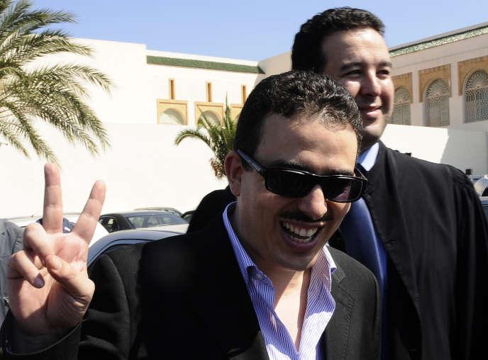 Taoufik Bouachrine à la sortie du tribunal, à Casablanca, le 1er octobre 2009.