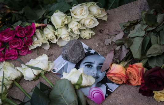Une photo de Susanna F. parmi des fleurs déposées en son hommage sur le lieu du crime, à Wiesbaden (Allemagne), le 8 juin.