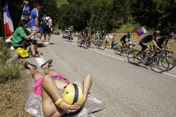 Un spectateur allongé sur le bord de la route pendant l'ascension de l'alpe d'Huez, le 25juillet 2015.