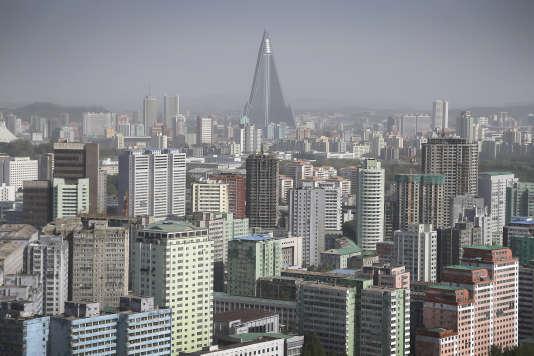 La tour pyramidale de l'hôtel Ryugyong surplombe Pyongyang et ses nombreux immeubles résidentiels.