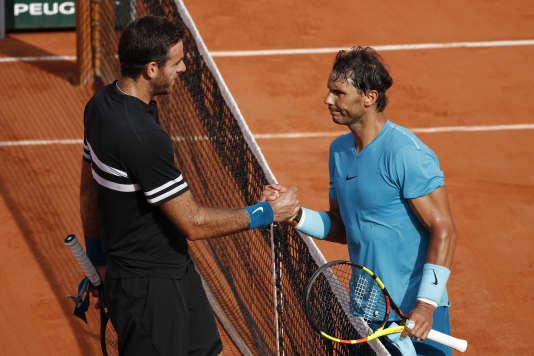 Rafael Nadal (à droite) félicité par Juan Martin del Potro (à gauche) après la demi-finale vendredi 8 juin.