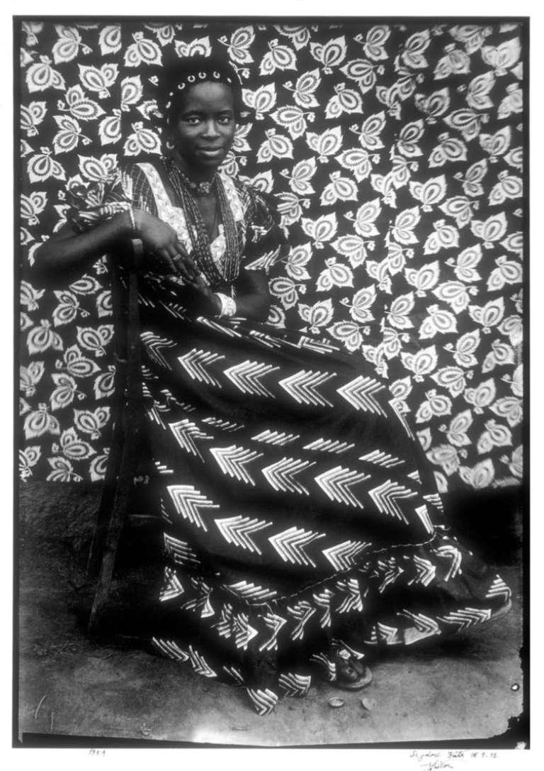 Sans titre (femme assise en robe à chevrons), Seydou Keïta, 1956.