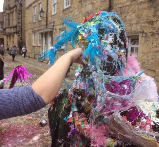Le «trashing» («saccage»), à l'université d'Oxford, consiste à se recouvrir mutuellement de mousse à raser, de peinture, de farine, d'œufs, et autres denrées, dans une effusion d'euphorie.