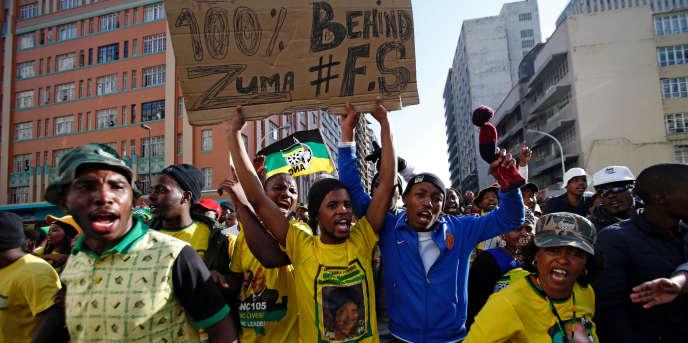 Le 8 juin 2018, des supporters de Jacob Zuma venus le soutenir devant le tribunal de Durban, où l'ancien président sud-africain a comparu pour la deuxième fois dans une affaire de corruptionau côté de l'entreprise française Thales.