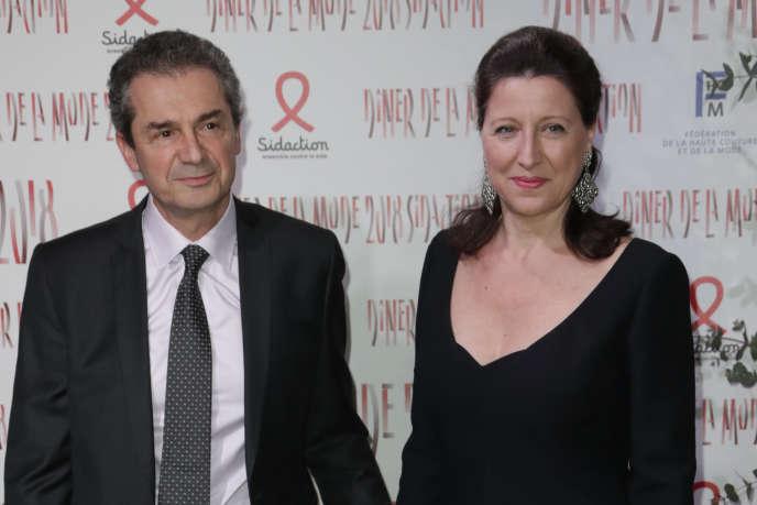 Le professeur Yves Lévy, directeur de l'Inserm, et son épouse, Agnès Buzyn, ministre de la Santé, à Paris, le 26 janvier.