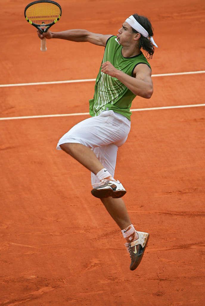 En 2005, les spectateurs de Roland-Garros découvrent le cérémonial nadalien : d'un bond, les jambes moulinant dans l'air, l'Espagnol claque un mouvement d'uppercut et lâche un tonitruant : « Vamos ! »