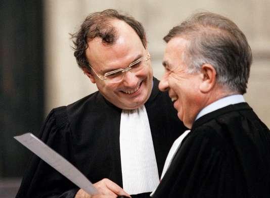 """Me Gérard Boulanger (de face), avocat de la partie civile, et Me Jean-Marc Varaut, avocat de Maurice Papon, au tribunal de grande instance de Bordeaux, lors de la 77e audience du procès de Maurice Papon pour """"crimes contre l'Humanité"""", consacrée à l'examen de la période de l'épuration."""