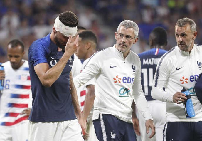 Olivier Giroud quitte le terrain après un choc, lors de France-Etats-Unis, le 9 juin 2018, à Décines.