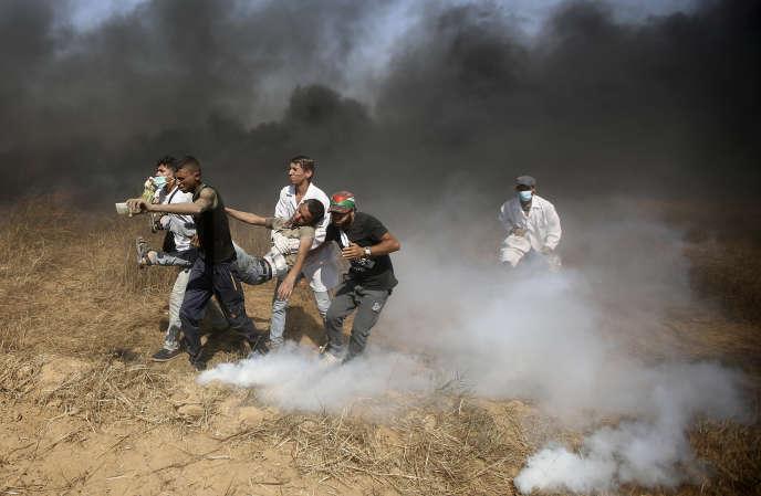 Evacuation d'un jeune manifestant palestinien blessé, à la frontière entre Gaza et Israël, le 8 juin.