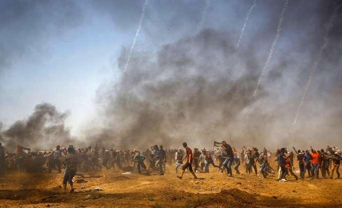 Tirs de gaz lacrymogène par l'armée israélienne contre un groupe de manifestants palestiniens lors d'affrontements proches de la frontière avec Israël, à l'est de Khan Younès, dans le sud de la bande de Gaza, le 8juin.