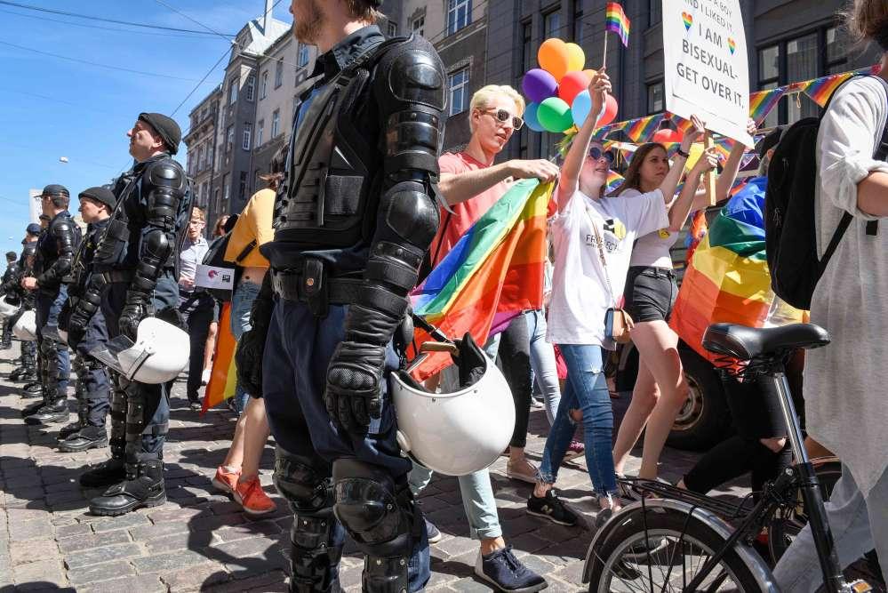 Aucun incident important n'a été signalé. La police a interpellé une personne ayant lancé une bougie fumigène inoffensive vers les participants à la Baltic Pride.