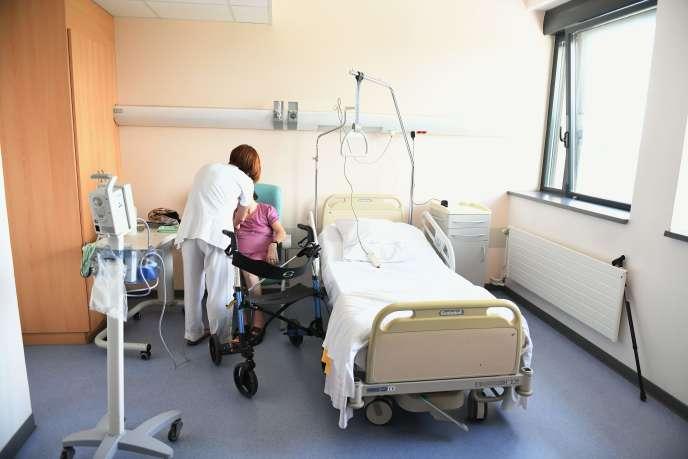 Une infirmière prodigue des soins à une patiente à l'hôpital de Lure (Haute-Saône), le 8 juin.