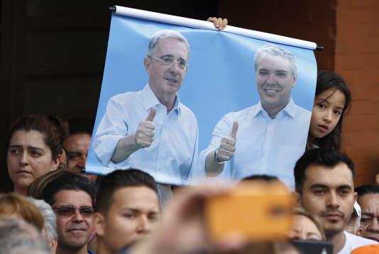 Une affiche montrant l'ex-président colombienAlvaro Uribe et le président élu Ivan Duque, le 10 juin à Armenia.