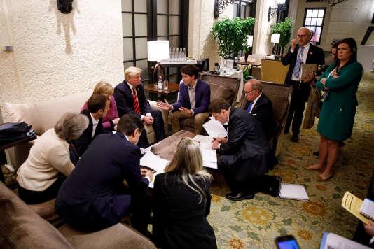 Donald Trump, Justin Trudeau et les chefs d'Etat du G7 négocient le communiqué final du sommet, à La Malbaie (Québec), le 9 juin.
